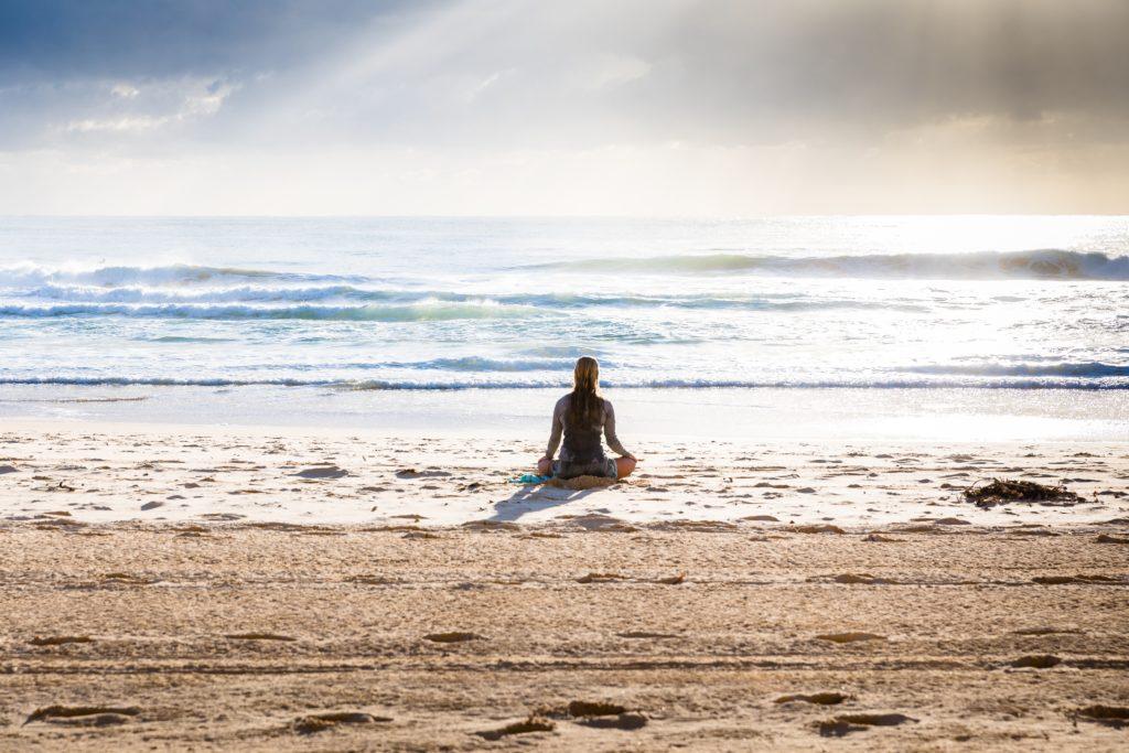 Méditation de pleine conscience sur la plage