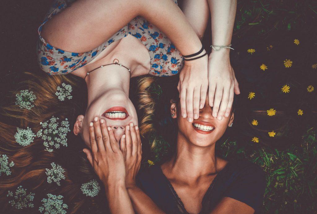 Deux filles rient