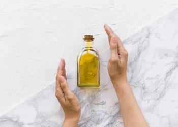 Huile de ricin pour arrêter la perte des cheveux - Pranaloé eshop de cosmétiques bio Personnes photo créé par freepik - fr.freepik.com