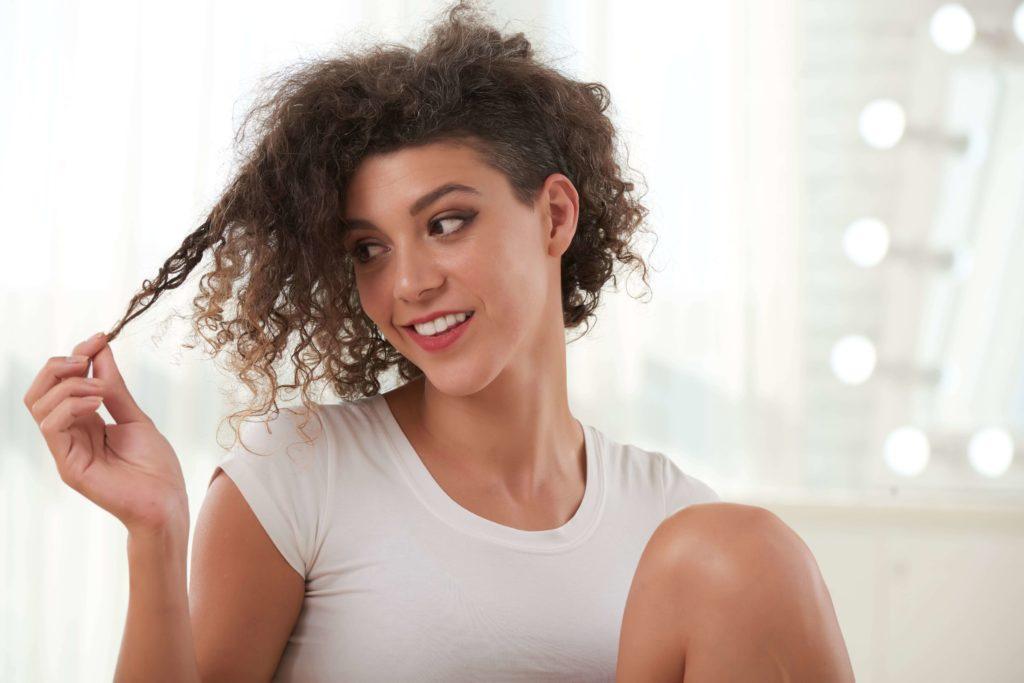cheveux secs crépus - que faire ? Pranaloé marque française de cosmétiques bio et naturels (photo par pressfoto - freepik)