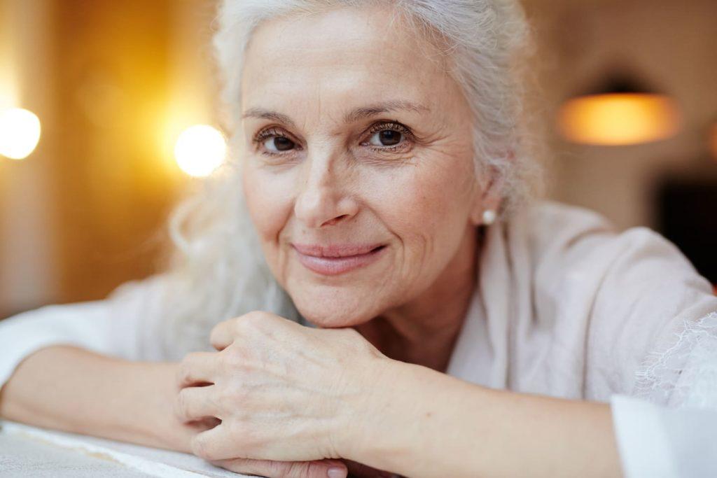belle femme peau mature - Pranaloe - cosmétiques bio pour peau mature