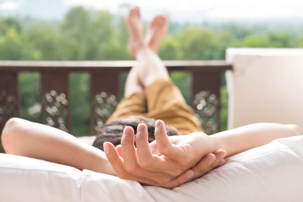 surélever les jambes pour favoriser le retour veineux - pranaloé - cosmétiques bio